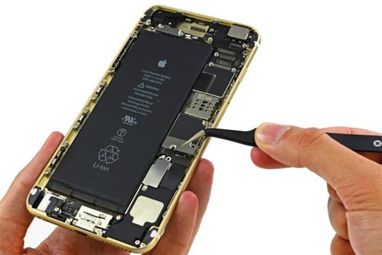 Hiện nay tại Viện Di Động, khi khách hàng mang iPhone 6 đến để được hỗ trợ thay lắp pin, ở đây chúng tôi sẽ có 3 loại pin đến từ hai hãng sản xuất linh kiện rời cho điện thoại iPhone nổi tiếng và chất lượng mà nhận được nhiều đánh giá tốt nhất trên thế giới. Không đâu xa lạ, đó là pin của hãng Pisen và Energizer.