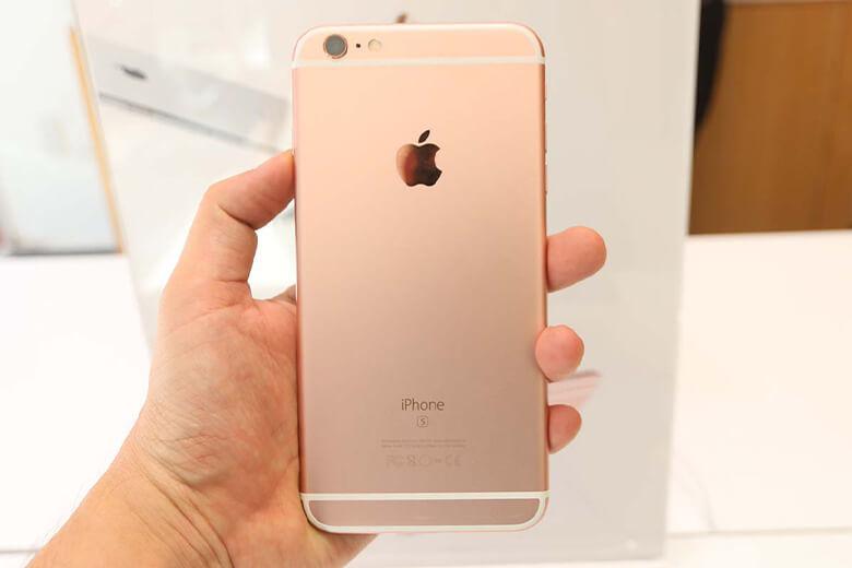 Theo khuyến cáo từ Apple, pin của máy có thể sử dụng tốt trong vòng 2 năm và sau khoảng 400 lần sạc. Nhưng sau đó, pin sẽ bị lão hoá và khi chạm ngưỡng 80%, người dùng sẽ cần tìm cho mình một nơi uy tín với chất lượng hàng đầu để có thể thay pin iPhone 6s Plus chính hãng để có lại được một trải nghiệm dùng bình thường nhanh nhạy mà không cần lo về giá cả cũng như chất lượng của quá trình thay pin.