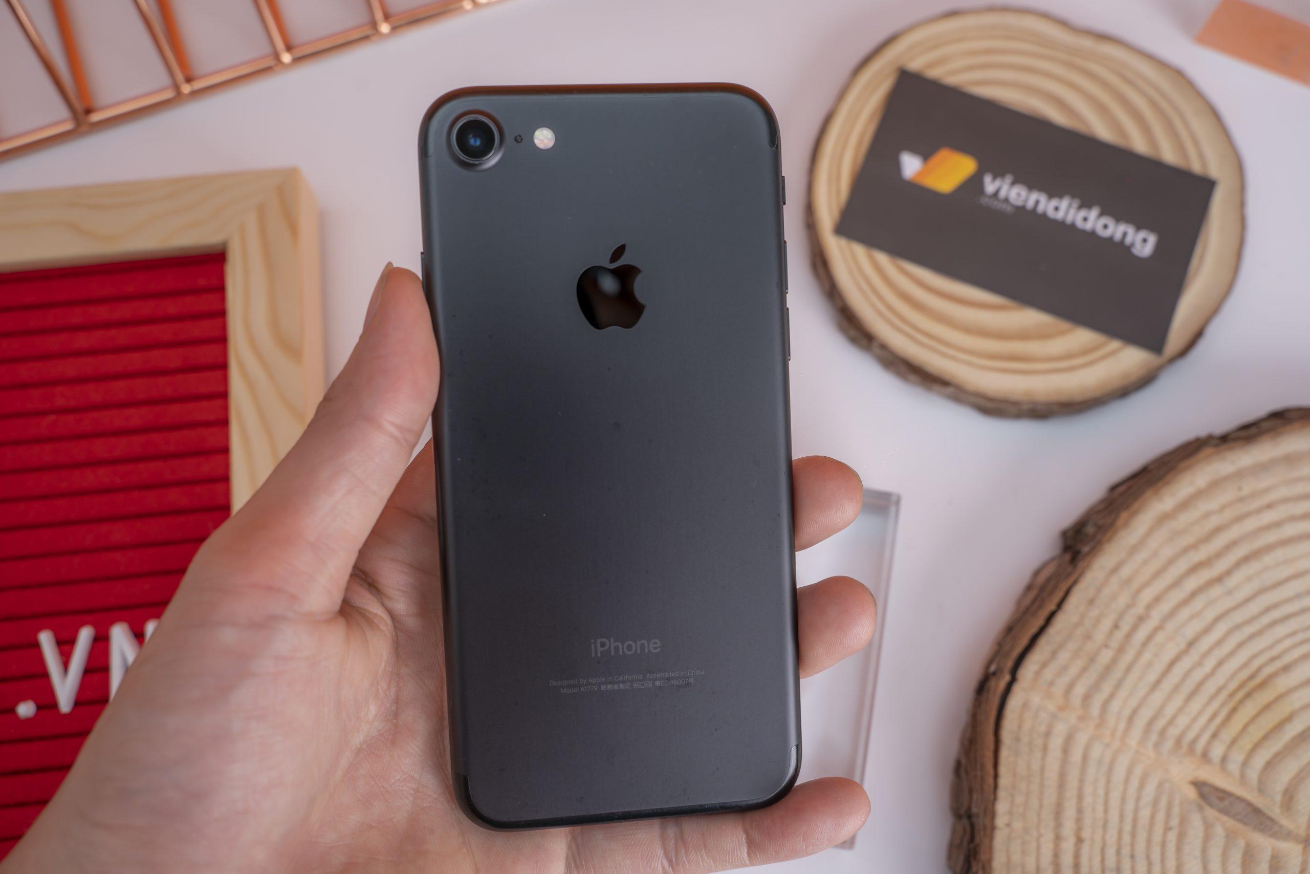 Chiếc điện thoại sở hữu vẻ đẹp sang trọng nhưng vẫn đảm bảo kích thước vừa vặn với tay người dùng.