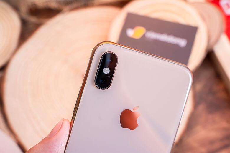 iPhone Xs Max được trang bị camera kép có độ phân giải 12MP với 2 khẩu độ là f/1.8 và f/2.4. Với việc tăng kích thước điểm ảnh (pixel) lên 20%, Xs Max thu ánh sáng tốt hơn, ảnh chụp đẹp hơn kể cả trong môi trường ánh sáng yếu.