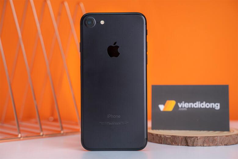 iPhone 7 32GB Cũ sở hữu vẻ đẹp sang trọng nhưng vẫn đảm bảo kích thước vừa vặn với tay người dùng.