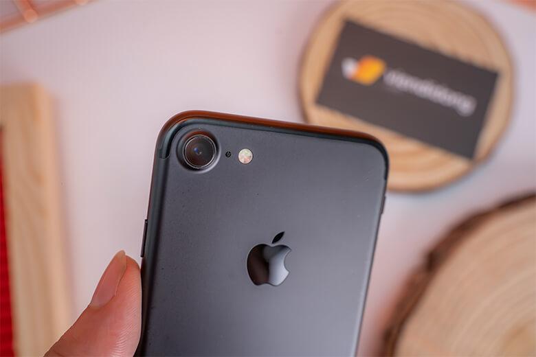 iPhone 7 32GB sở hữu camera chính 12MP với khẩu độ lớn f/1.8. Camera này còn hỗ trợ lấy nét theo pha, chống rung quang học OIS, nhận diện khuôn mặt, nụ cười thông minh và hỗ trợ quay video chuẩn 4K