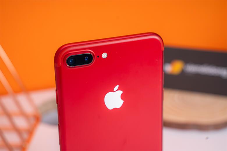 Hệ thống camera của iPhone 7 Plus 128Gb có nhiều cải tiến. Cụm camera chính kép bao gồm 2 ống kính đồng độ phân giải 12MP, khẩu độ f1.8. Cụm camera kép trên iPhone 7 Plus là kết hợp giữa 1 ống kính góc rộng (28mm) và 1 ống kính tele (56mm) cùng đèn flash True Tone bốn điểm cho phép độ sáng lớn hơn khi chụp ở điều kiện thiếu sáng. Cảm biến tele có khả năng zoom quang học 2x.