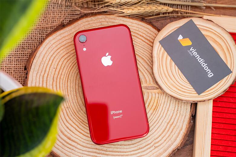 iPhone Xr có mặt kính bền như iPhone XS, nhưng mặt sau không cứng bằng. iPhone Xr có khả năng chống nước IP67, Mặt lưng bằng kính của iPhone Xr có sẵn màu đen, trắng, xanh, vàng, san hô và đỏ để người dùng lựa chọn. Đây là chiếc điện thoại có nhiều tùy chọn màu sắc cho người dùng.
