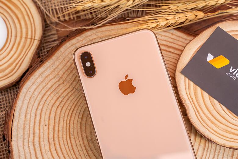 Thiết kế iPhone Xs 256GB với các góc cạnh được bo cong mềm mại mang đến cảm giác thoải mái khi cầm nắm và trải nghiệm. Không những hoàn hảo về thiết kế, iPhone Xs còn được hãng trang bị khả năng chống nước đạt chuẩn IP68