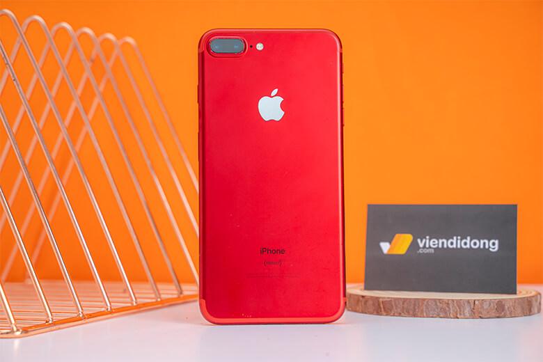 Về mặt thiết kế, không có nhiều thay đổi trên iPhone 7 Plus. Có lẽ khác biệt lớn nhất của iPhone 7 Plus so với các thế hệ trước là thiết lập camera kép ở mặt lưng. Chiếc điện thoại được hoàn thiện từ bộ khung nhôm chắc chắn toát lên vẻ đẹp hiện đại và sang trọng.