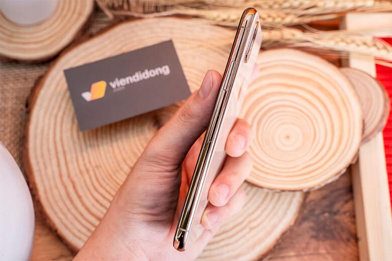 Phone Xs Max 256GB chính hãng xách tay cũ tích hợp viên pin lớn 3174 mAh có tích hợp sạc nhanh. Với dung lượng này, máy mang đến những trải nghiệm khá thoải mái trong 1 ngày làm việc dài.