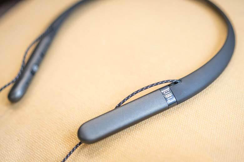 tai nghe Bluetooth JBL Live 200BT là bộ điều khiển thông minh, được cài sẵn micro, nút điều chỉnh âm lượng và một nút ẩn trả lời cuộc gọi, kết thúc cuộc gọi, back-next, stop nhạc thông minh và để kích hoạt tính năng Siri nhanh chóng trên iOS.