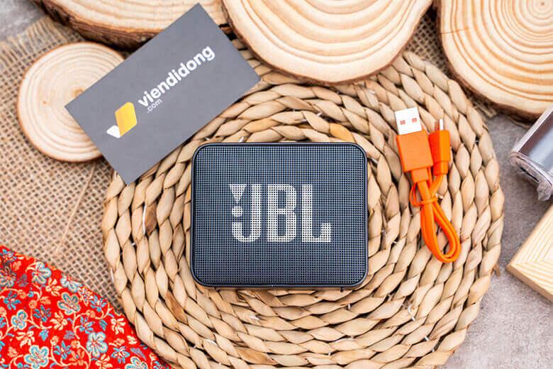 Loa Bluetooth JBL Go 2được thiết kế theo kiểu hình hộp chữ nhật nghe thì có vẻ nhàm nhưng thực tế lạiLoa Bluetooth JBL lại mang tới 1 dáng vẻ rất hiện đại