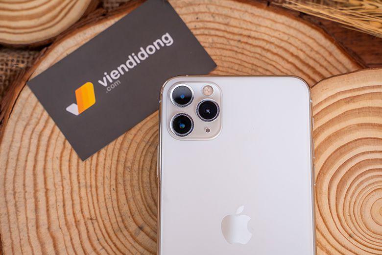 iPhone 11 Pro 256GB là thế hệ iPhone đầu tiên được trang bị cụm 3 camera hình vuông hiện đại đặt ở góc trái mặt lưng