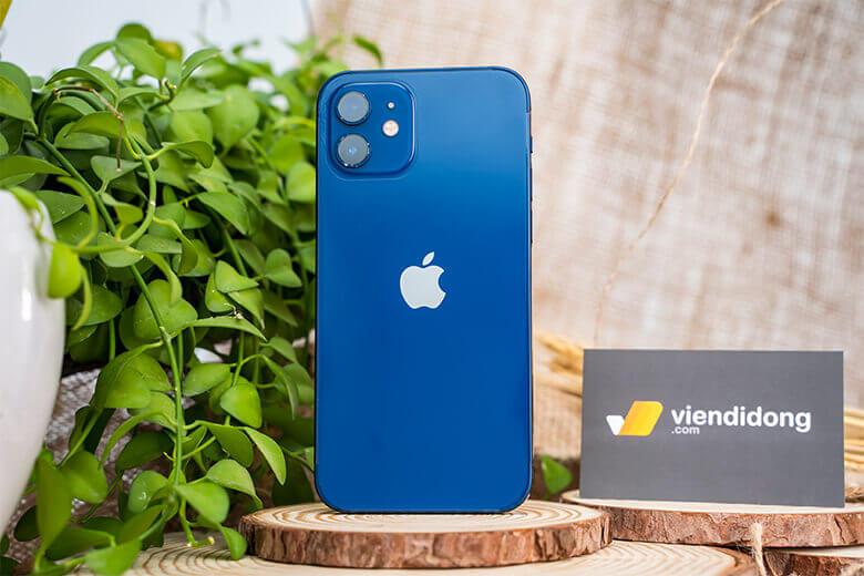 iPhone 12 128GB (VN/A) là thiết kế phẳng bo góc vuông thay vì góc tròn bầu như các dòng máy tiền nhiệm.