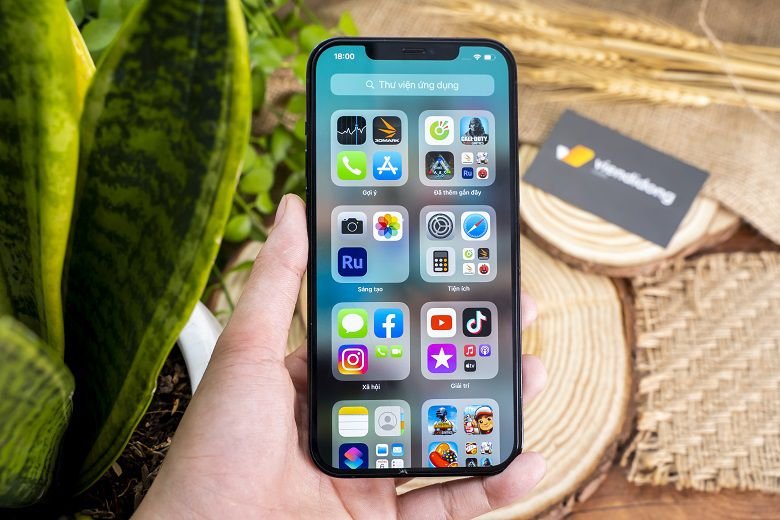 iPhone 12 Pro Max 128GB sở hữu mặt kính màn hình smartphone cứng nhất hiện nay khi sử dụng công nghệ phủ gốm Ceramic Shield