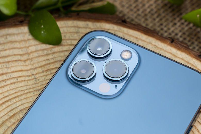 iPhone 12 Pro Max vẫn sử dụng hệ thống camera hình vuông ở phía sau đồng thời bổ sung thêm cảm biến LiDAR tạo thành 1 hệ thống 3 camera chất lượng