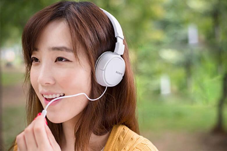 Tai nghe được thiết kế các nút ở phần dây tai nghe để người dùng dễ dàng phát/dừng nhạc và trả lời cuộc gọi đến thật dễ dàng.