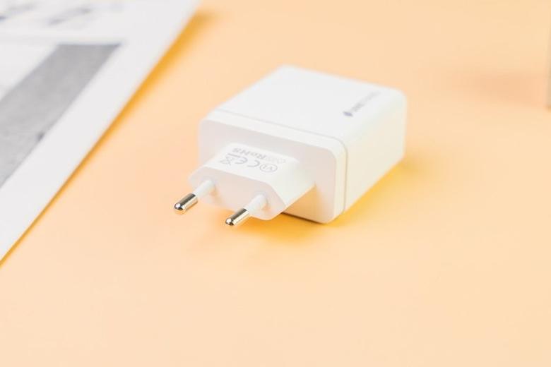 Adapter sạc Dual USB 18W – PD 18W Umetravel A4 có thiết kế nhỏ gọn, dễ mang theo