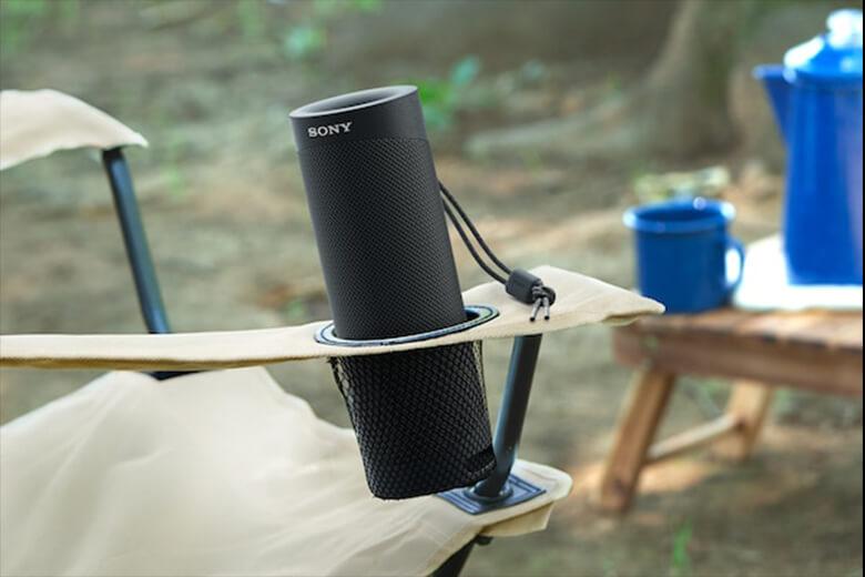 Sony thiết kế chiếc loa này có thêm chiếc dây đeo với mong muốn là người dùng có thể cảm thấy thoải mái khi mang loa đi cắm trại ngoài trời, đi chơi xa, treo loa trong lều, trên cây,... Nói đúng hơn là có thể mang theo bất kì nơi đâu.