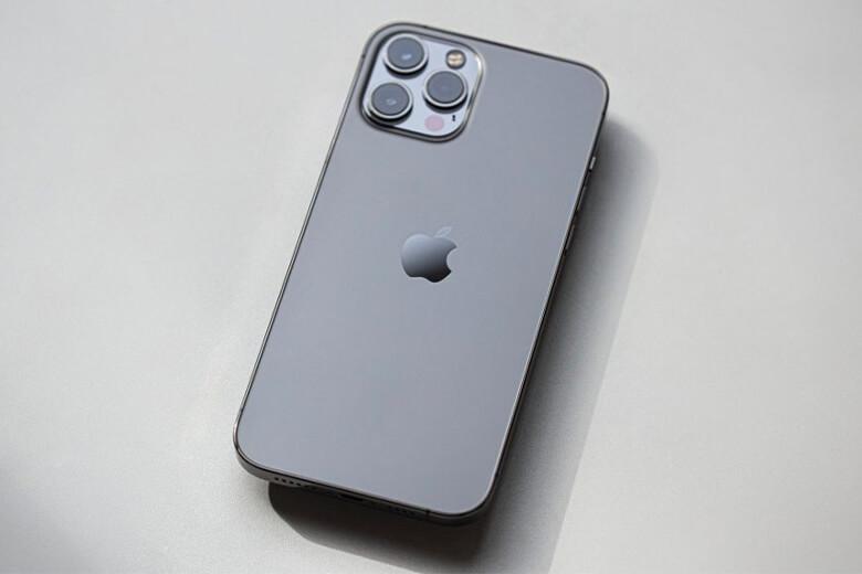 iPhone 12 Pro 6,1 inch được sử dụng màn hình Super Retina XDR sắc nét cùng độ phân giải 2532 x 1170 với 460 pixel cho mỗi inch. Màn hình cung cấp hỗ trợ HDR với độ sáng tối đa 1200 nits, với Gam màu rộng, cảm ứng Haptic và True Tone.