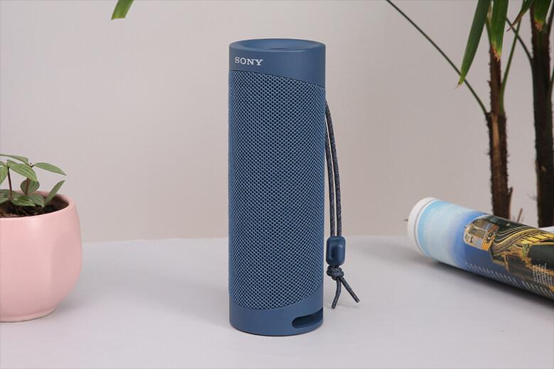 Loa Bluetooth Sony SRS-XB23 được thiết kế với kích thước nhỏ vừa phải với kết cấu hình trụ bắt mắt với trọng lượng khá nhẹ, 580 gram.