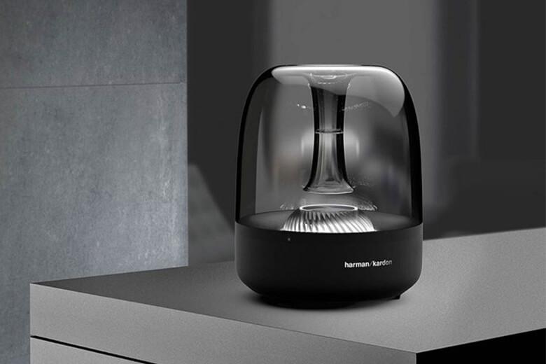 Loa Bluetooth Harman Kardon Aura Studio 3 có thiết kế dạng hộp kín đáo với lớp vỏ ngoài trong suốt. Vòm loa được thiết kế hơi lõm ở chính giữa cùng những đường gợn sóng
