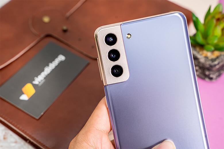 Camera cũng là điểm lớn mà Samsung mang đến cho Galaxy S21 Plus. Camera chính có độ phân giải 10MP và cụm 3 camera sau. Trong đó, camera chính 12MP, camera tele 64MP và camera góc rộng 12MP.