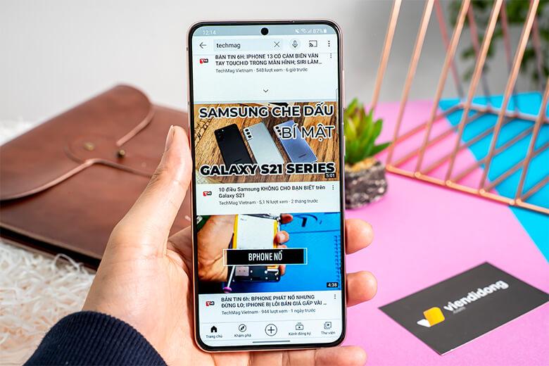 Samsung Galaxy S21 Plus được hãng trang viên pin có dung cao khá lớn lên đến 4.800 mAh. Thời lượng này đủ để cho chiếc điện thoại có thể hoạt động trong thời gian dài, lên đến gần hơn 1 ngày.