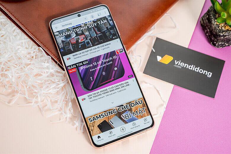 Samsung Galaxy S21 Plus 5G cókích thước lên đến 6.7 inch cùng độ phân giải Full HD+, đem lại một hình ảnh hiển thị sắc nét, rộng rãi cao cấp khiến cho người dùng có thể sử dụng thoải mái.