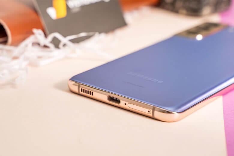Samsung Galaxy S21 Plus 5G mang trong mình bộ vi xử lý Qualcomm Snapdragon 888 trong khi phần còn lại của thế giới nhận được Samsung Exynos 2100. Con chip này cho xung nhịp lên đến 2.84 GHz rất mạnh.