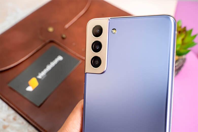 Galaxy S21 Plus 5G có thiết kế cụm 3 camera mạnh với camera chính có độ phân giải 10MP và cụm 3 camera sau. Trong đó, camera chính 12MP, camera tele 64MP và camera góc rộng 12MP.