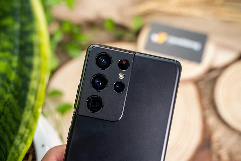 amsung Galaxy S21 Ultra 5G 128GB chính hãng được trang bị tận 4 camera chính đặt trong module hình chữ nhật cực chất kèm đèn LED trợ sáng với độ phân giải vô cùng chất lượng.
