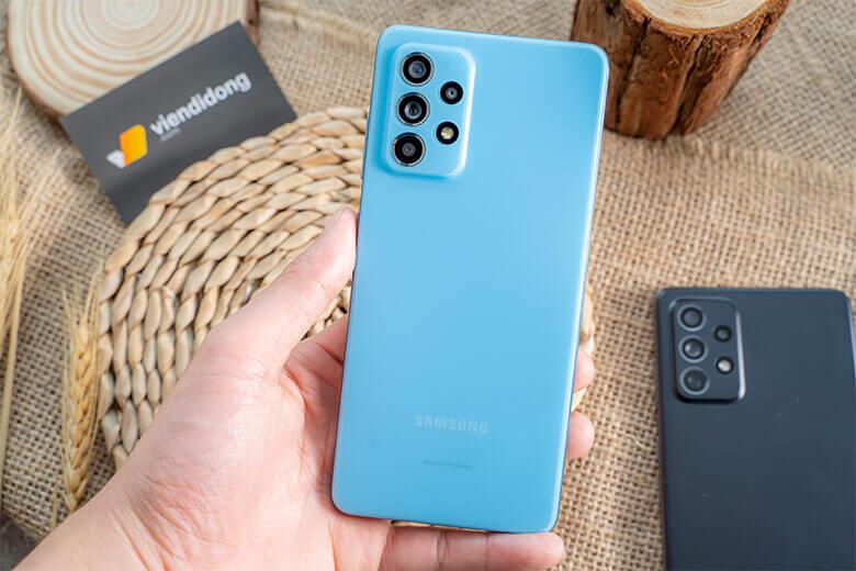 Galaxy A52 128GB sở hữu thiết kế nguyên khối, kích thước mỏng, tạo cảm giác thoải mái khi cầm, nắm cho người dùng. Các khung viền đều được bo cong tinh tế, tạo nên một kiểu dáng sang trọng