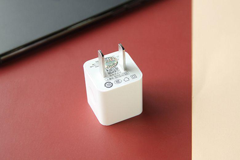 Pisen TS-C051 được thiết kế vuông vắn với các cạnh xung quanh được bo cong