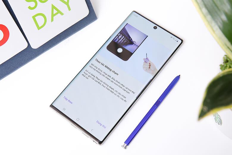 bút S Pen được thiết kế với chất liệu nhựa nguyên khối, tích hợp Bluetooth điều khiển từ xa với 6 cảm biến dùng để hỗ trợ các thao tác vẩy bút trong không trung để mở ứng dụng hay đổi nhạc, điều khiển camera. Ngoài ra, S Pen được trang bị thêm một tính năng mới giúp người dùng có thể chuyển đổi chữ viết sang kiểu chữ đánh máy.