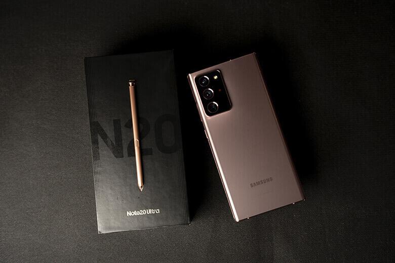 Galaxy Note 20 Ultra (8GB|256GB) được Samsung thiết kế với kích thước 6,49 x 3,03 x 0,32 inch 164,8 x 77,2 x 8,1 mm và nặng 208 gram. Ngoài ra, thiết bị có các cạnh vuông vắn kết hợp với màu Mystic Bronze tinh xảo