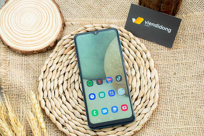 Samsung Galaxy A12 có màn hình 6,5 inch HD + với độ phân giải 720x1600 pixel và tỷ lệ khung hình 20: 9. Nó là màn hình LCD chứ không phải OLED