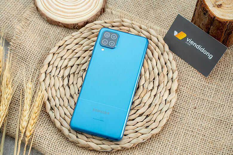 Samsung Galaxy A12 có thiết kế nguyên khối với thân máy bằng nhựa. Chiếc điện thoại này có ba tùy chọn màu sắc để người mua lựa chọn. Chúng bao gồm Xanh lam, Đen và Trắng.