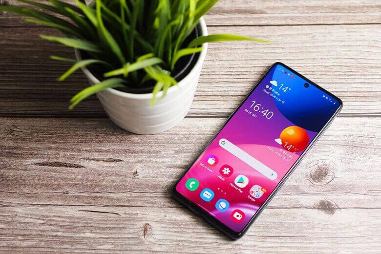 """Samsung Galaxy M42 5G và Galaxy A42 5G đều có cùng mã thiết bị """"a42xq"""". Điện thoại thông minh có chip Snapdragon 750G (sm7225) tám lõi, màn hình HD + (1339 × 720 pixel) và hệ điều hành Android 11."""
