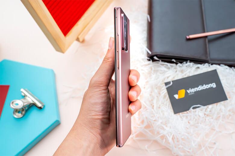 Samsung Galaxy Note 20 Ultra có bút S-PEN cải tiến, cho thời gian phản hồi nhanh chóng. Bút được thiết kế để mang lại cảm giác như bút ghi giấy khi ghi chú hoặc vẽ.
