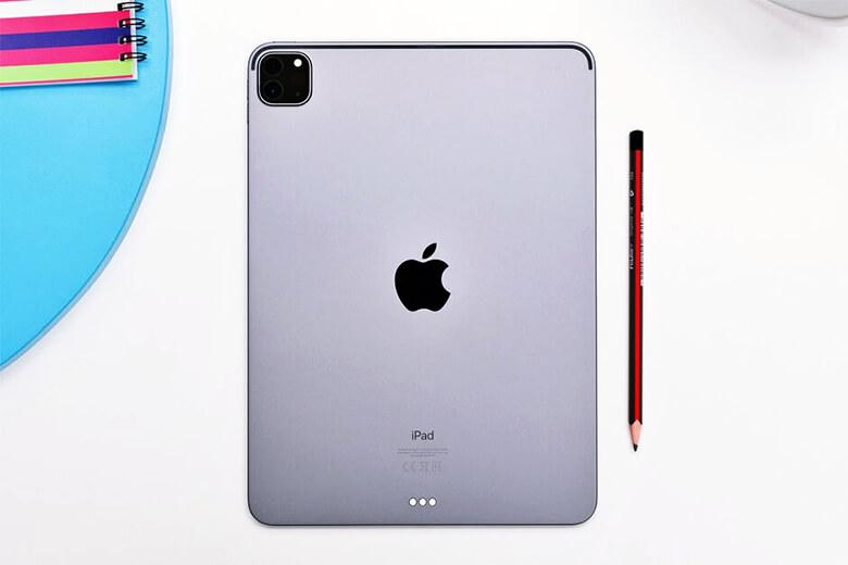 Máy ảnh phía sau trên iPad Pro 2021 mới giống như những gì bạn sẽ tìm thấy trên mẫu năm ngoái. Có ống kính chính 12MP và ống kính siêu rộng 10MP cùng với cảm biến LiDAR.