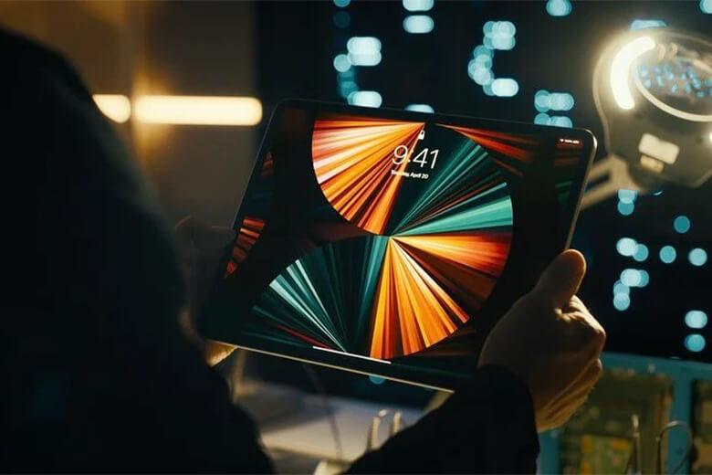 iPad Pro 2021 11inch M1 256GB 5G có thiết kế vuông vức với màn hình tràn đều ra 4 góc cho diện tích hiển thị tối đa nhất. Apple cũng đã bỏ đi nút Home truyền thống thay vào đó là nhận dạng Face ID tiện lợi với công nghệ màu ProMotion