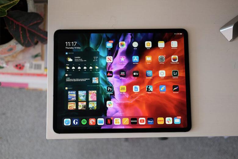 iPad Pro 2021 11 inch sử dụng pin lithium-polymer có thể sạc 28,65 watt/ giờ, trong khi 'người anh lớn' của mình có pin 40,88 watt /giờ.