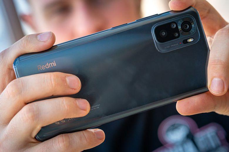 Về camera, Redmi Note 10 có 4 camera sau ở phía sau với cảm biến chính Sony IMX582 48MP