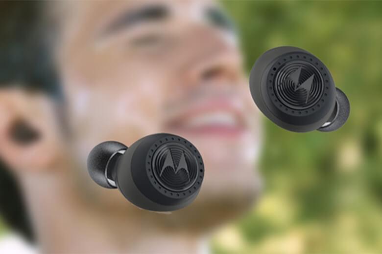 Tai nghe Bluetooth không dây đi kèm với hộp sạc di động, có khả năng tăng tổng thời gian sử dụng lên đến 10 giờ. Mỗi lần sạc cho bạn 3 giờ sử dụng không ngừng nghỉ.