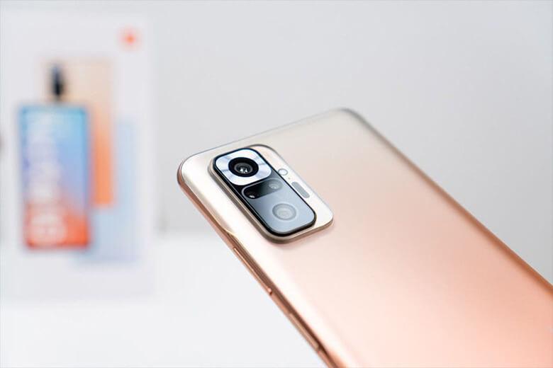 Redmi Note 10 có thiết lập bốn camera với camera chính 48 MP, siêu rộng 8 MP, cảm biến độ sâu 2 MP và macro 2 MP.