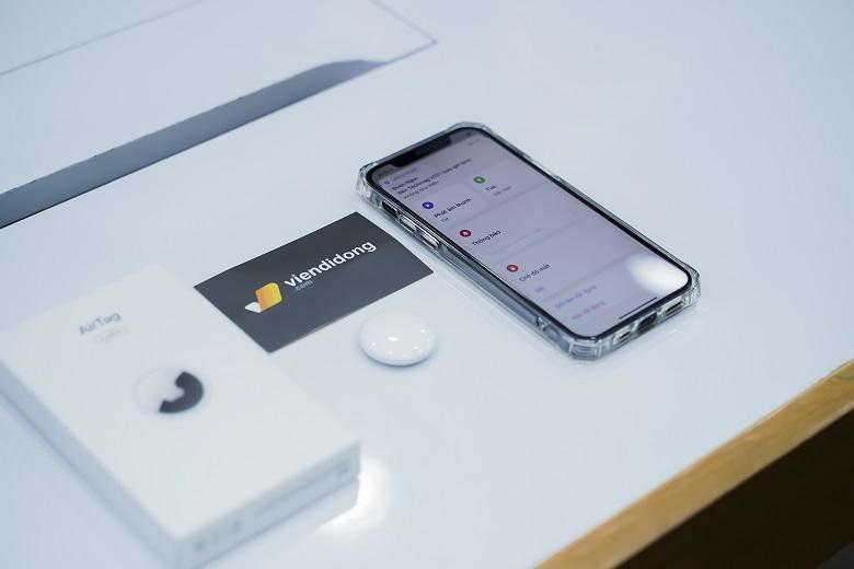 """Giả sử đồ vật được gắn AirTag bị mất ở một địa điểm khác không gần bạn hoặc nếu AirTag đã bị ai đó đánh cắp và rời đi thì cách để bạn có thể theo dõi AirTag bị mất là sử dụng """"Find My"""". Về cơ bản, khi AirTag bị mất ở gần một thiết bị Apple khác, Airtag của bạn sẽ tự ping vị trí của mình và gửi tới thiết bị đó, cho phép bạn xem được vị trí mới nhất của món đồ ấy."""