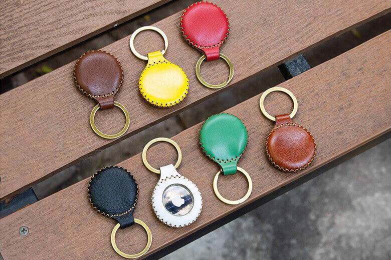 Bên cạnh đó, bao da AirTag SEN còn đi kèm một khoen kim loại chất lượng cao dễ dàng treo móc vào túi xách, chìa khoá,... tiện lợi cho người dùng sử dụng
