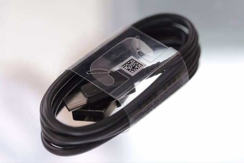 Cáp sạc được thiết kế 2 đầu Type C chuẩn 20V – 5V dễ dàng kết nối với các thiết bị nhanh, với tốc độ truyền tải lên đến 10Gbps