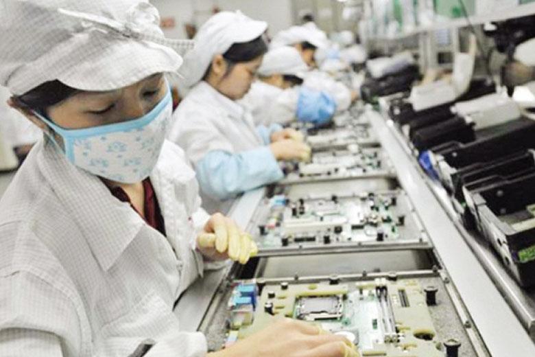 Nhân viên làm việc tại nhà máy Foxconn