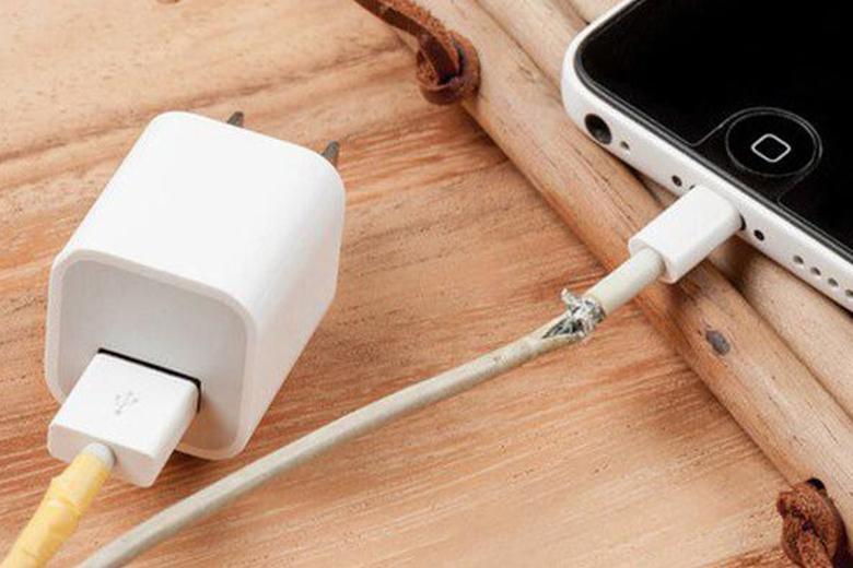 Không nên sạc pin iPhone với dây sạc bị đứt gãy