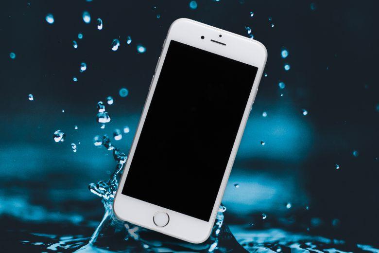 Nên lấy iPhone của bạn ra khỏi nước ngay lập tức.