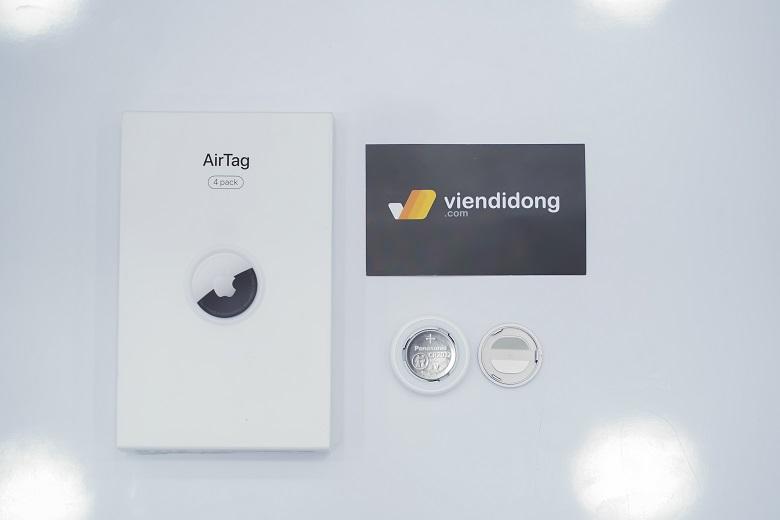AirTag được Apple thiết kế chỉ lớn hơn một đồng xu 8mm một chút với đường kính 1,26 inch và nặng vỏn vẹn 11g, độ dày của chiếc AirTag sẽ bằng hai đồng xu xếp chồng lên nhau.